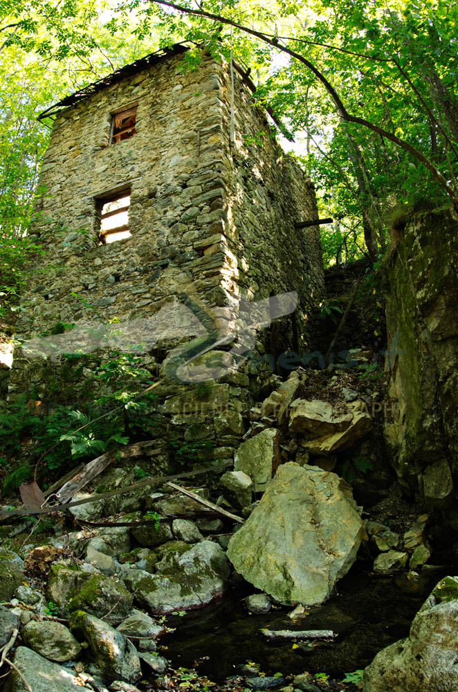 An old watermill in ruins, used to produce chestnut flour in the past.